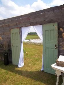 rustic-wedding-ceremony-door-decor